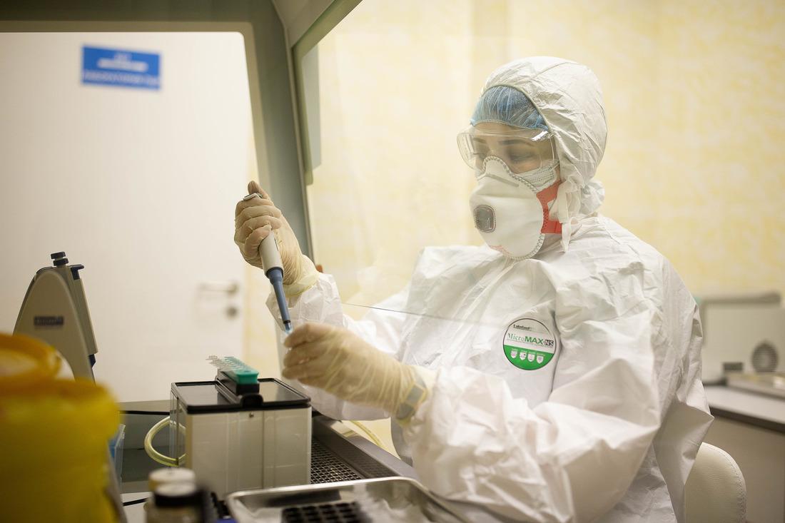 Исследование проводит фельдшер-лаборант медицинского комплекса «Бованенково» Виктория Селезнева