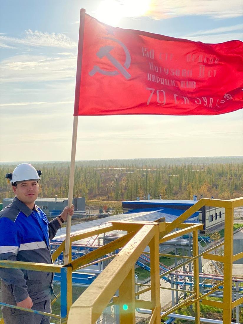 Символ Победы напервом промысле Медвежьего месторождения установил мастер подобыче нефти, газа иконденсата Артём Инчиков